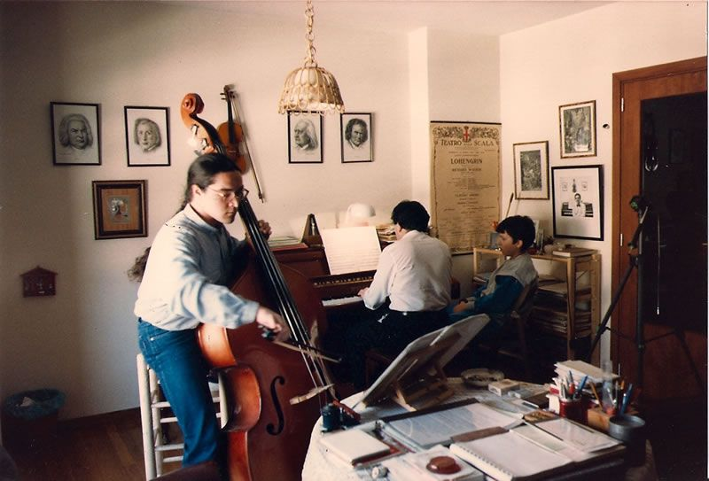 1987. Ensaiando na miña casa co contrabaixista Alfonso Morán