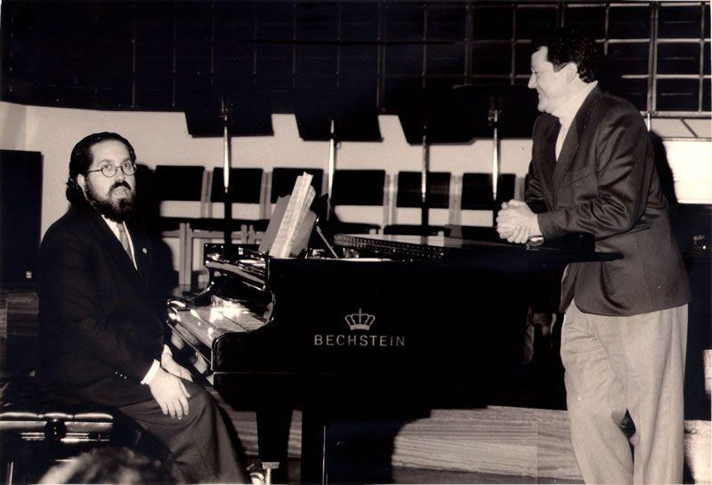 1992. Ensaiando co barítono Antón de Santiago no Conservatorio da Coruña
