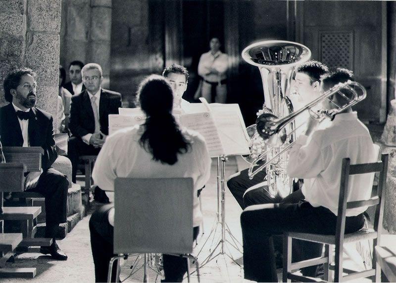2001. Escoitando unha obra da miña autoría para metais na Igrexa do Sar, en Santiago de Compostela