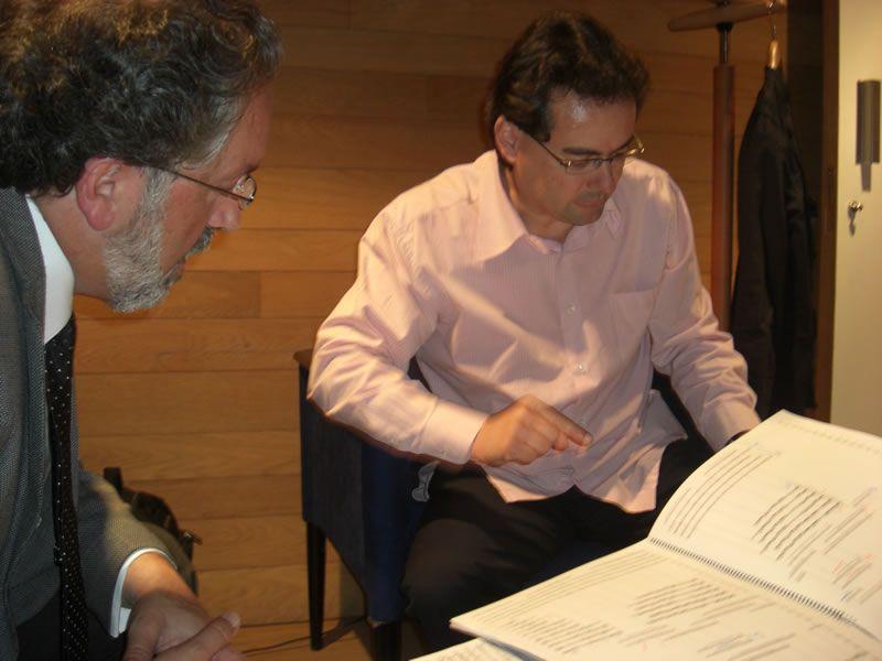 2010. Co director da Orquestra de Castela e León, Alejandro Posada, antes da estrea de 4 Elementos