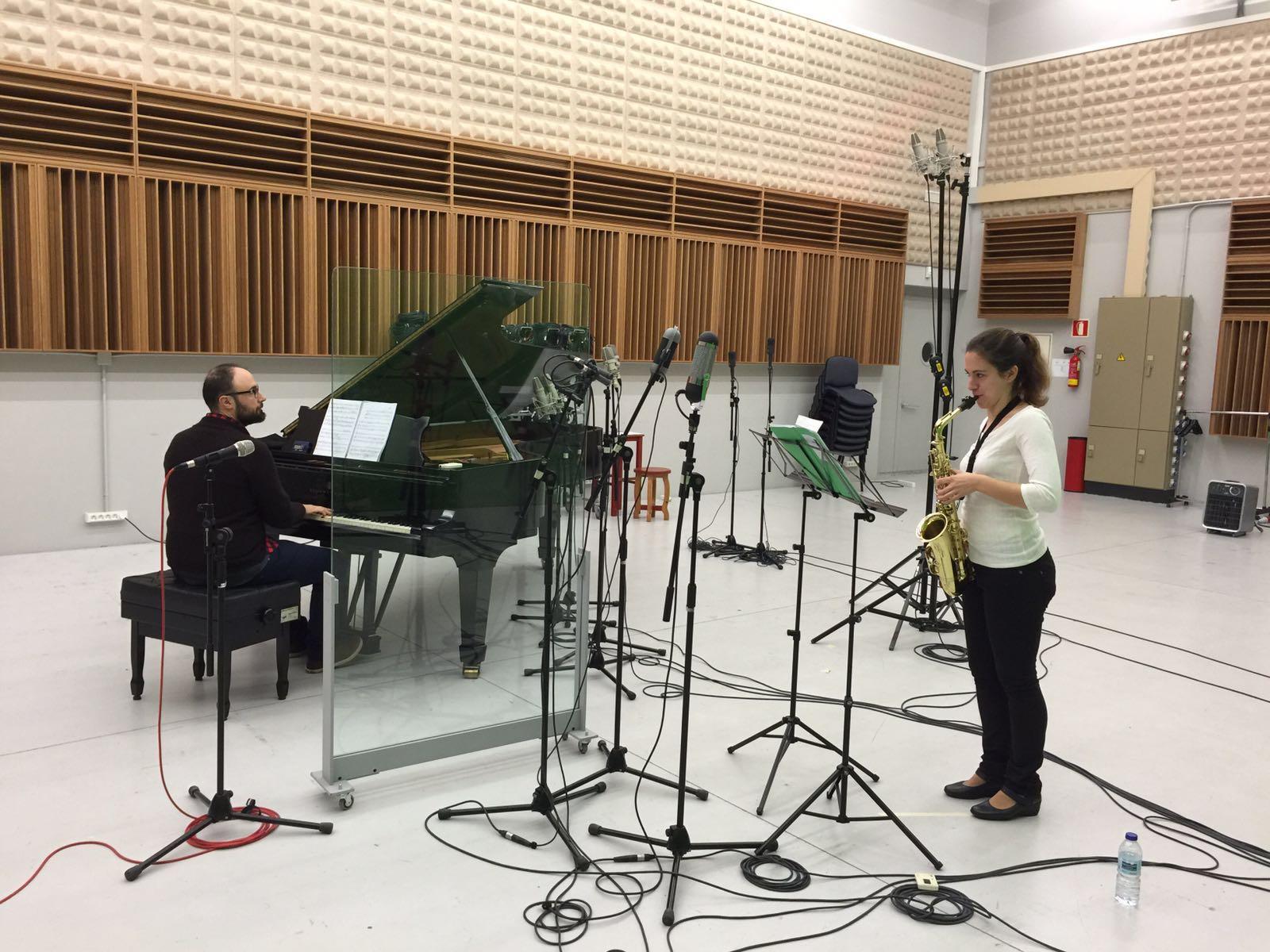 A saxofonista Eva Fernández e o pianista Xurxo Briones gravan en Mans o Concertino de J. Durán